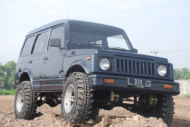 Suzuki Jangkrik Reborn, The Real Jangkrik atau Sekedar Suzuki Karimun yang di Facelift ? Nama Suzuki Jangkrik mungkin terdengar asing di kalangan anak muda sekarang. Namun di kalangan pecinta offroader, light offriader, nama Suzuki Jangkrik adalah legend. Living legend, legenda hidup dengan segala macam cerita menarik yang menyertainya. Suzuki Jangkrik, adalah sebutan untuk mobil 4WD keluaran pabrikan Suzuki di masa lalu. Suzuki Jimny adalah nama aslinya, awal kali dirilis ditahun 1987. Merupakan mobil sejenis jeep offroad dengan ukuran mungil yang membuat Suzuki Jangkrik ini sangat lincah dan sigap untuk diajak melibas trek-trek jelek yang tak ramah. Mungkin karena ke legend-annya itu menjadikan harga jual mobil tua bangka (motuba) ini relatif stabil. Eits, jangan dibandingkan dengan motuba jenis sedan eropah, jaawuuuhhh.... Isu cukup memarik manakala Suzuki dikabarkan akan merilis kembali varian Suzuki Jangkrik di armada roda empatnya. Pasalnya, Suzuki Jangkrik ini akan mengisi segmen yang benar-benar kosong, tak ada satupun ATPM yang bermain di area ini, cmiiw. Jadi peluang masih sangat terbuka, plus antusias peminatnya pun diprediksi ada (besar atau kecil nya, ndak tahu). Dengan harga yang dipatok di bawah angka 300jt, sepertinya lumayan menjanjikan. Kabar yang didapat untuk area mesin tidak ada gubahan ataupun upgrade sama sekali. Masih mempertahankan mesin lawas berkapasitas 1300cc, berpenggerak 4 roda. Mesin ini diklaim mampu menghasilkan tenaga sebesar 83dk dengan torsi sebesar 110Nm. Mengenai tampilannya sendiri lebih futuristik tentunya dari yang generasi awal. Hanya saja kalau dilihat-lihat kok mirip Suzuki Karimun yang di Facelift ya. Hihi... Dimensi serta garis desainnya mirip-mirip. 11-12 lah. Jadi, apakah ini Suzuki Jangkrik Reborn ataukah sekedar Suzuki Karimun facelift ? Last, cmiiw...
