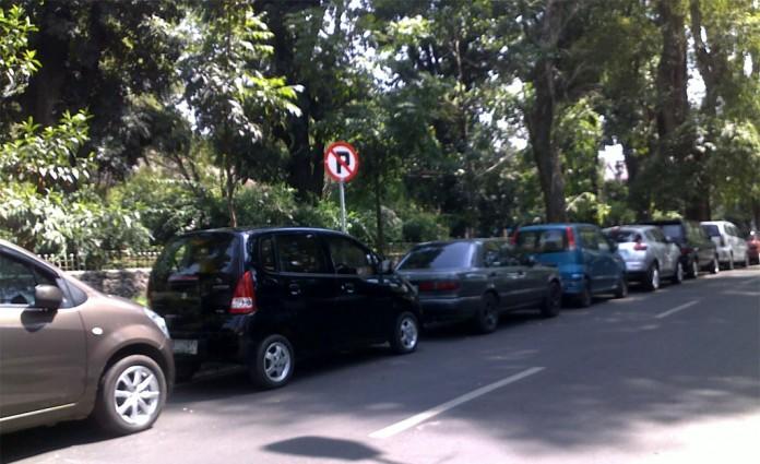 Parkir mobil sembarangan