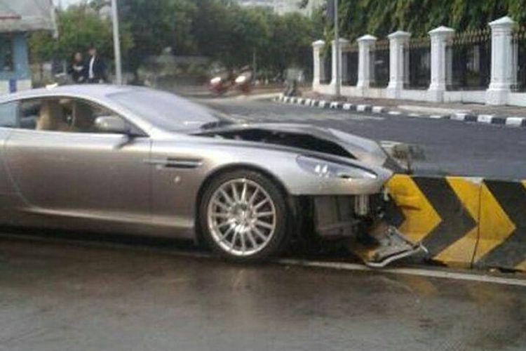 Aston Martin DB9 malang ini tabrak separator busway di Harmoni, Jakarta Pusat