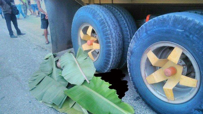 Bobi Lubis (30) warga Cikupa, ketua komunitas motor SOKOGETI, pengendara sepeda motor Yamaha Mio nopol B 3945 NQF tewas terlindas truk di jalan Raya Legok, Tangerang, Jumat (15/9/2017)- pict: Elija Berlian Fani