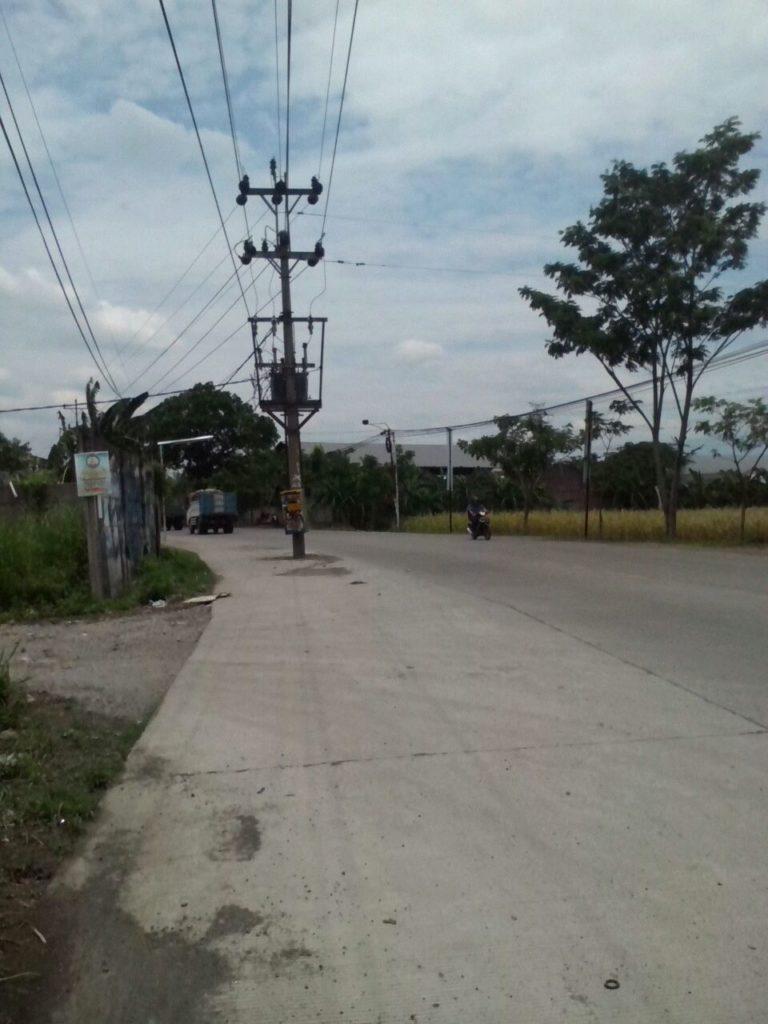 Tiang listrik di Jalan Sarwo Edi Wibowo ini siap memakan korban