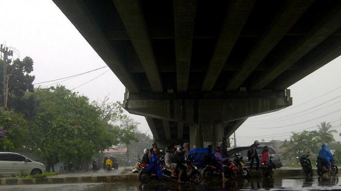 Denda Rp. 250 ribu bagi siapa saja yang berteduh di bawah flyover saat hujan