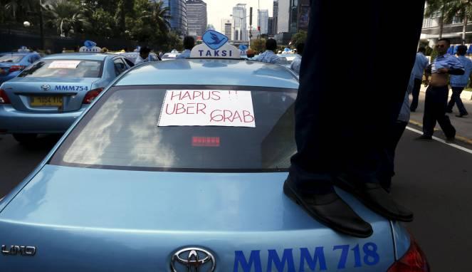 Taksi konvensional sedang berunjuk rasa tolak taksi online