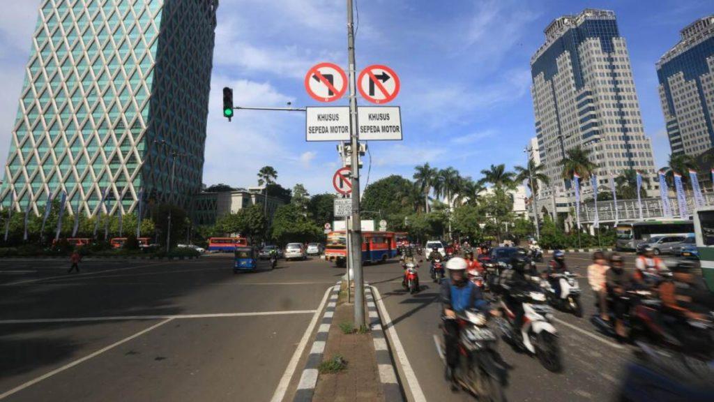 Larangan motor lewat jalan protokol diberlakukan sejak 2014, pada masa peerintahan Gubernur Basuki Tjahaja Purnama alias Ahok, dan hampir diperluas oleh penerusnya, Gubernur(pengganti) Djarot Saiful Hidayat
