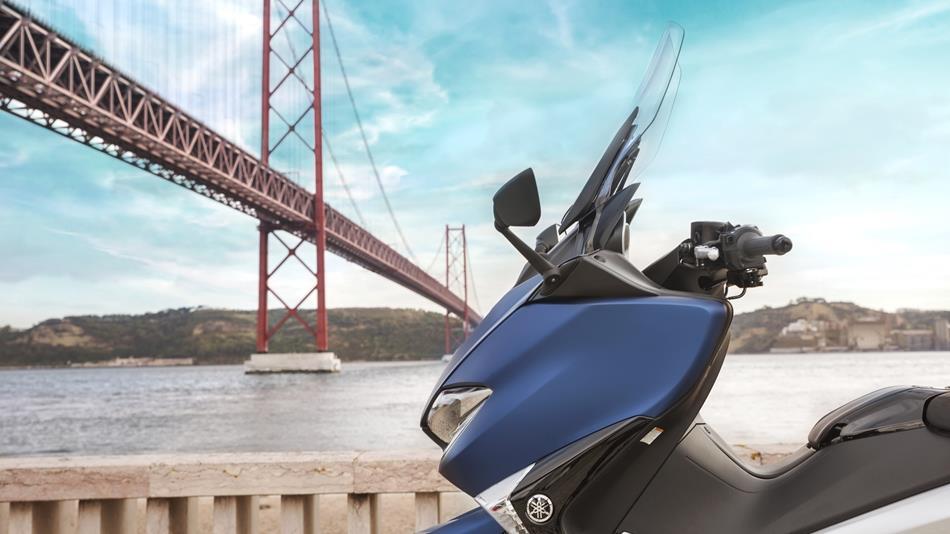 Windshield ini dilengkapi dengan motor untuk mengatur ketinggian windshield sesuai kebutuhan